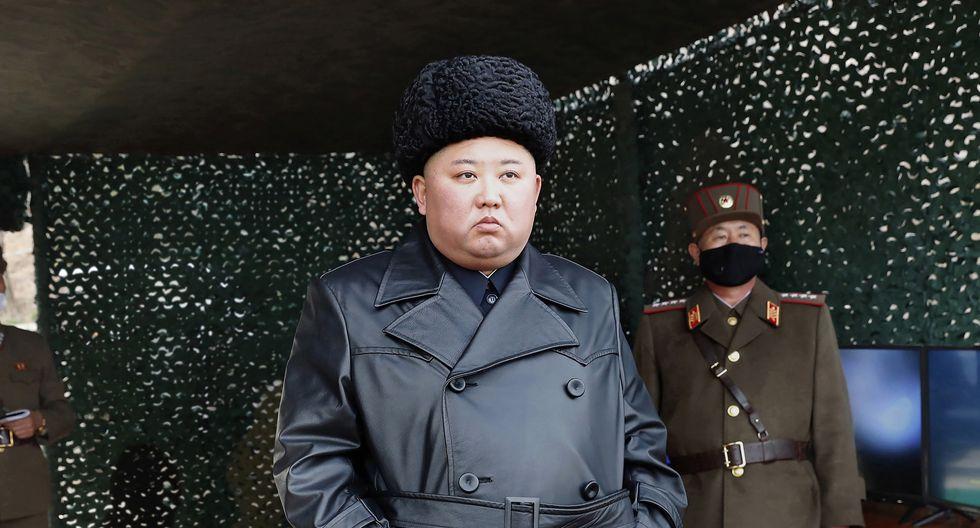 """Kim """"supervisó"""" el ejercicio el lunes, informó KCNA, precisando que """"cuando dio la orden a las unidades submarinas de que dispararan, los hombres encargados de la artillería de largo alcance dispararon todos juntos"""". (AP)"""