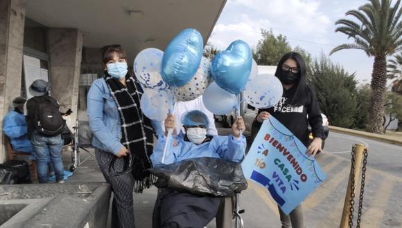 """Arequipa: familiares del paciente llegaron con globos, flores y un cartel donde se leía """"Bienvenido tío Vita"""". (Foto: Hospital Regional Honorio Delgado)"""