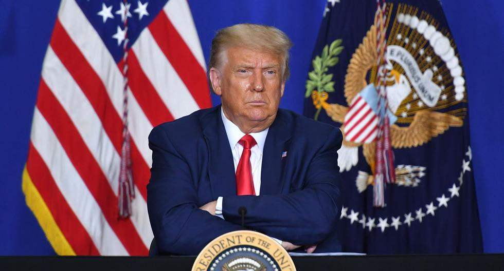 El presidente de Estados Unidos, Donald Trump, escucha a los funcionarios durante una mesa redonda sobre seguridad comunitaria en Kenosha. (AFP / MANDEL NGAN).