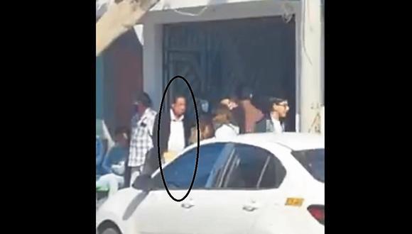 Áncash:  el burgomaestre vestido con una camisa blanca y saco negro, sin portar la mascarilla de uso obligatorio. (Foto: Captura de video)
