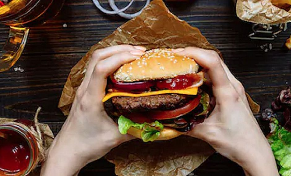 Mujer pide una hamburguesa luego de dar a luz en restaurante de comida rápida