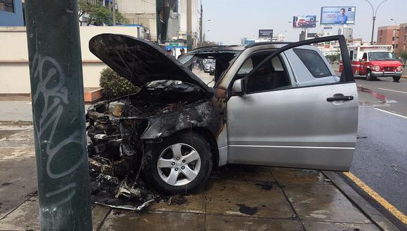 San Borja: auto se incendia en la avenida Javier Prado (VIDEO)