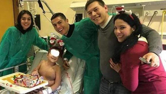 Cristiano Ronaldo, mismo Papá Noel, reparte regalos a niños de un hospital