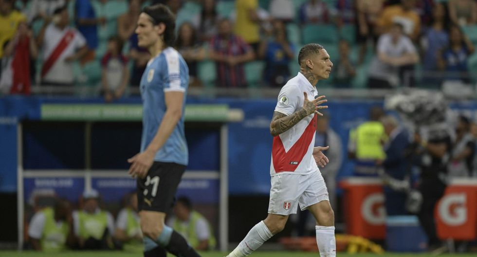 Peru's Paolo Guerrero (R) celebrates after scoring his penalty in the shoot-out against Uruguay after tying 0-0 during their Copa America football tournament quarter-final match at the Fonte Nova Arena in Salvador, Brazil, on June 29, 2019. (Photo by Juan MABROMATA / AFP)
