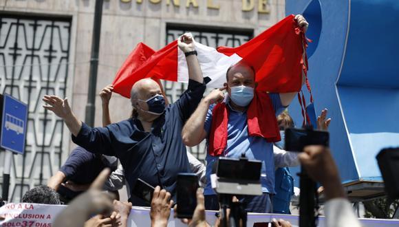 Rafael López Aliaga y Hernando de Soto en la protesta ante el JNE. (Foto: César Bueno @photo.gec)