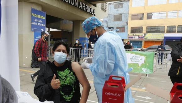 Como parte de la estrategia 'Vamos a tu encuentro, ¡Vacúnate ya!' se inmunizaron a más de 1.300 en tres estaciones del Metro de Lima. Foto: Violeta Ayasta/@photo.gec
