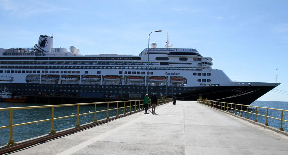 The Zaandam ship cruise, sailing under the Dutch flag and operated by the Holland America (Carnival) group, with 1,800 people on board, is seen in Punta Arenas, in southern Chile, on March 16, 2020. - The cruise ship -- with 42 passengers complaining of flu-like symptoms -- is still looking on March 24 for a place for its sick passengers to disembark before continuing on to its final destination in Fort Lauderdale, Florida, via the Panama Canal. (Photo by Claudio MONGE / AFP)
