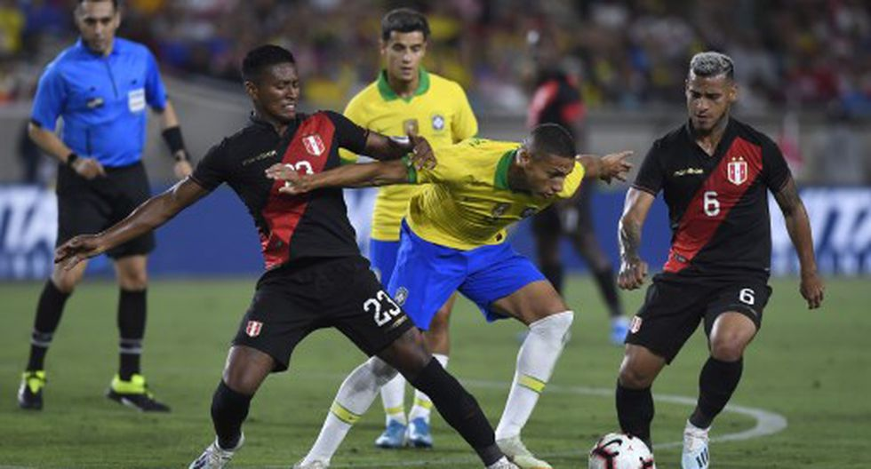LOS ANGELES, CALIFORNIA - SEPTEMBER 10: Richarlison #9 of Brazil handles the ball defended by Pedro Aquino #23 of Peru in the 2019 International Champions Cup match on September 10, 2019 at Los Angeles Memorial Stadium in Los Angeles, California.   Kevork Djansezian/Getty Images/AFP