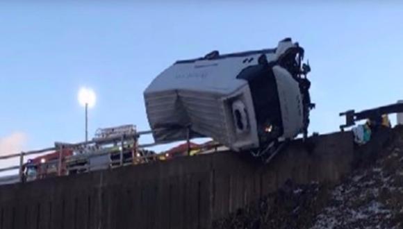 YouTube: policía sujeta camión con sus propias manos y ¡salva la vida a conductor! (VIDEO)
