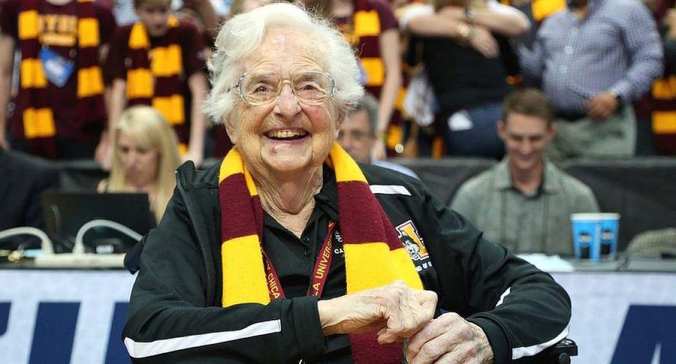 Monja de 98 años aficionada al baloncesto inspira camisetas y muñecos