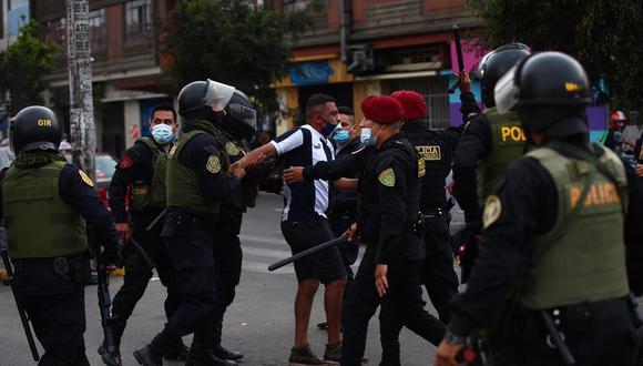 Barritas del club Alianza Lima, se enfrentan con la policía. Foto : Hugo Curoto / @photo.gec