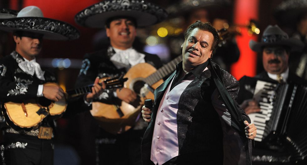 Singer Juan Gabriel performs during the Latin Grammy Awards show at the Mandalay Hotel in Las Vegas, Nevada on November 5, 2009.                AFP PHOTO/Mark RALSTON (Photo by MARK RALSTON / AFP)