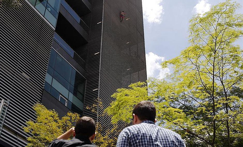 ​Spiderman es arrestado tras escalar edificio y posar en el ascenso