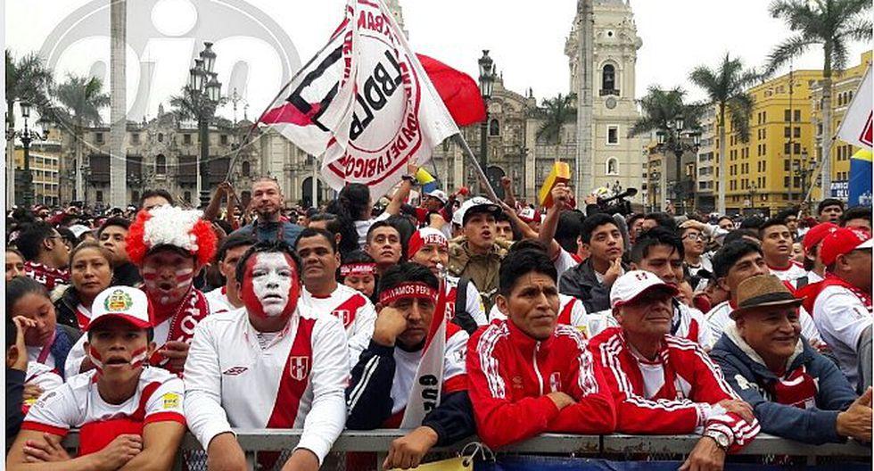 Hinchas se concentran en plaza Mayor para alentar a la selección
