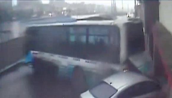 Impactante video del despiste de un ómnibus en Villa El Salvador