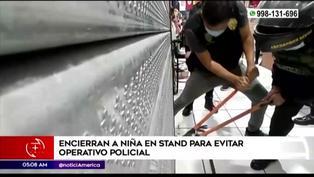 Policía rescata a niña que fue encerrada por su madre en stand durante operativo