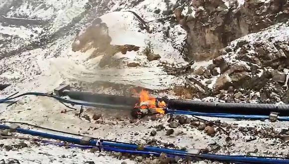 Camioneta se despistó, cayó a abismo y se incendió. (Foto: PNP)