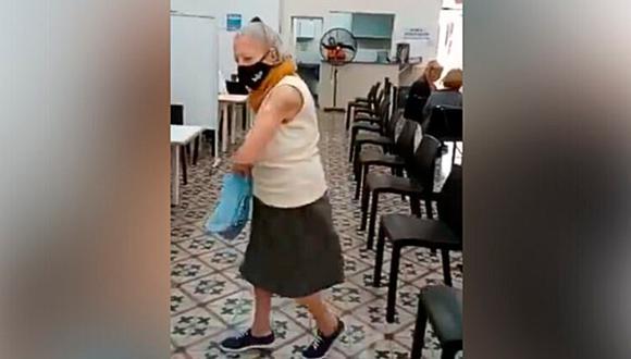 Una anciana se puso a bailar tras recibir la vacuna contra el COVID-19. (Foto: @matimolle / Twitter)