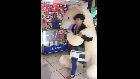 Facebook: Joven enamorado carga enorme oso en Las Malvinas y genera esto [VIDEO]