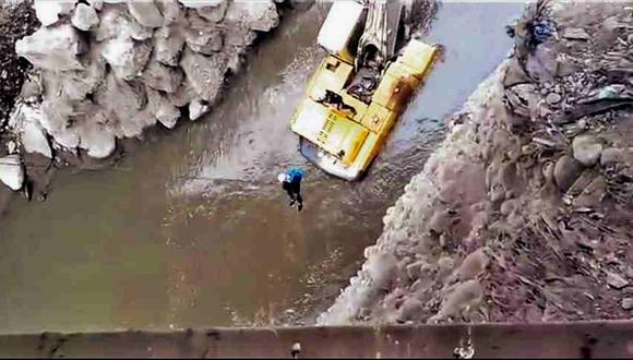 Rescatan a venezolano que quedó atrapado en el río Rímac (FOTO)