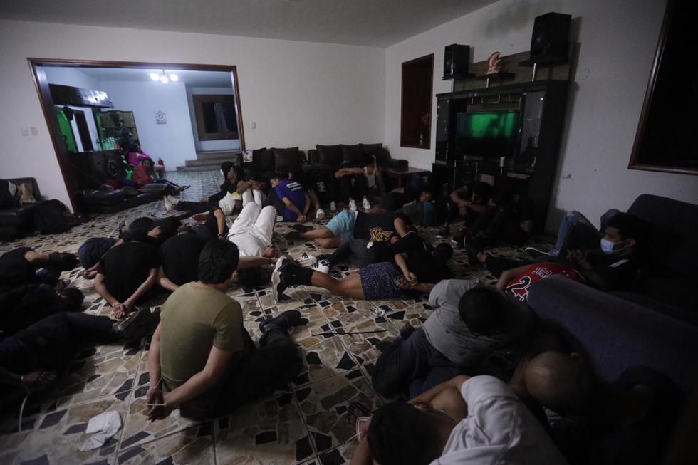 En un megaoperativo en el que participaron agentes de diversas unidades de la Policía Nacional, se intervino a más de 60 personas, entre ciudadanos venezolanos y peruanos, que se encontraban en el interior de una vivienda conocida como el 'Bunker Calicanto', situada dentro del condominio California, en Chaclacayo. El suceso ocurrió esta madrugada durante horario de inmovilización social (toque de queda), en el marco del estado de emergencia por coronavirus. (Foto: Joel Alonzo/ @photo.gec)