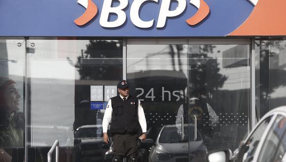 Solo un minuto le toma a los asaltantes robar el dinero de las ventanillas y escapar en autos robados o motos lineales. (GEC)