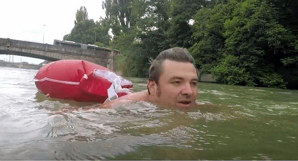 El hombre que nada 2 kilómetros para llegar a su trabajo todos los días