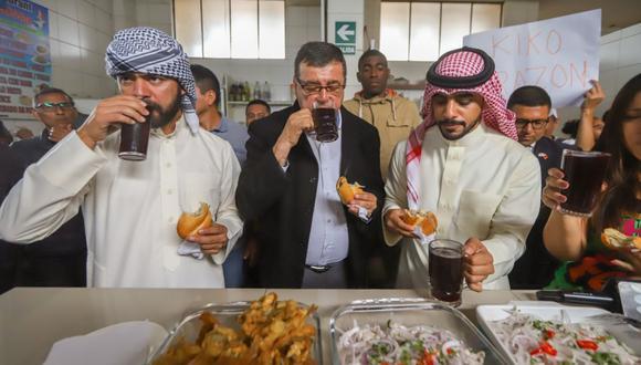 Yaqoob Yusuf Ahmed Mubarak  probó pan con pejerrey en el Terminal Pesquero de Ventanilla. (Foto: Gobierno Regional del Callao)