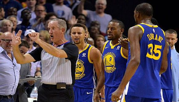 NBA: Curry pagará 50.000 dólares por lanzar protector bucal a árbitro
