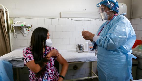 Licenciada Zoila Aragonez tiene 35 años de servicio y ha participado en campañas de vacunación contra la polio y el sarampión. Ella recibió la dosis a las 8:00 a.m. y ahora se encuentra vacunando al personal de su hospital.