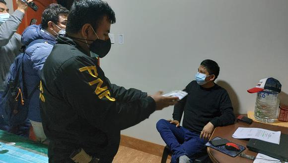 Uno de los exfuncionarios al momento de su detención en su domicilio. (Foto: PNP)