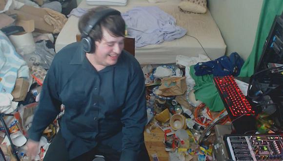 La habitación de un gamer que no lo limpia desde el 2005 por estar jugando   VIDEO