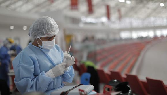 Minsa informa respecto a lo que ocurre cuando quedan frascos abiertos de dosis del COVID-19 cuando no hay más personas a quién vacunar dentro del punto de inmunización debido a la inasistencia de ciudadanos a citas programadas. (Foto: Renzo Salazar/@photo.gec)