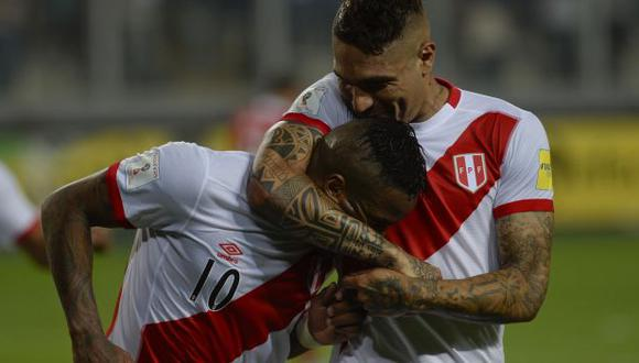Peru's Jefferson Farfan(C) is congratulated by his teammate Paolo Guerrero after scoring against Chile during their Russia 2018 FIFA World Cup South American Qualifiers football match, at the Estadio Nacional stadium in Lima, on October 13, 2015. AFP PHOTO / ERNESTO BENAVIDES (Photo by ERNESTO BENAVIDES / AFP)