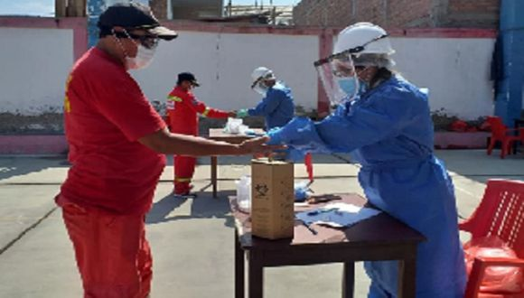 Profesionales de la salud realizaron pruebas rápidas a 20 miembros de la Compañía de Bomberos de Chimbote.