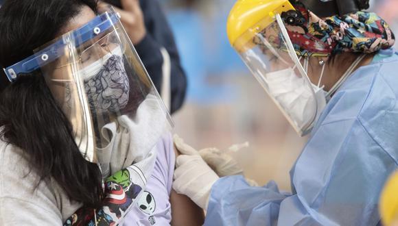 Una mujer recibe una dosis de la vacuna contra el COVID-19 en los primeros días de la inmunización a personas con enfermedades huérfanas en La Videna. (Foto: Jessica Vicente/@photo.gec)
