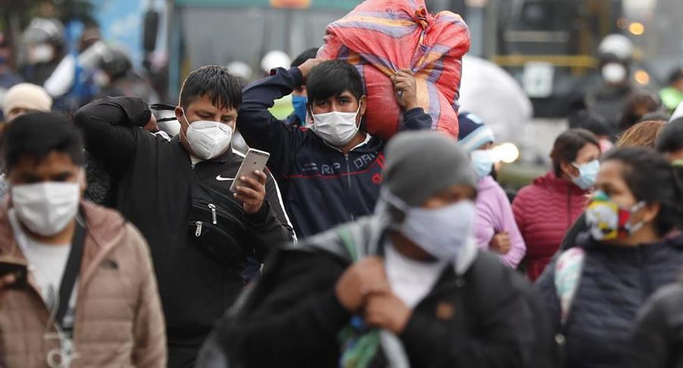 Coronavirus   Imagen referencial. Vendedores ambulantes se desplazan luego de ser desalojados por la policía de una vía pública donde trabajaban en Lima. (EFE/Paolo Aguilar).