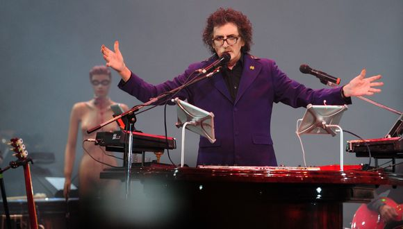 Argentine musician Charly Garcia performs on stage at the Colon theater during his Lineas Paralelas, Artificio Imposible (Parallel Lines, Impossible Device) show in Buenos Aires on September 30, 2013. AFP PHOTO / DANIEL GARCIA (Photo by DANIEL GARCIA / AFP)