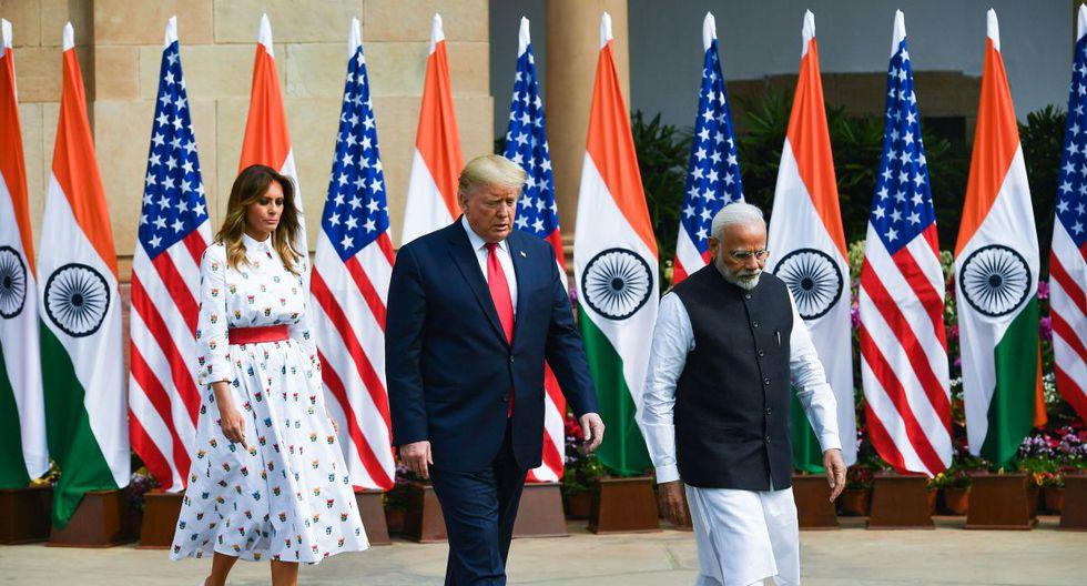 El primer ministro de la India, Narendra Modi, saluda al presidente estadounidense Donald Trump y a la primera dama Melania Trump antes de una reunión en la Casa Hyderabad en Nueva Delhi. (AFP)