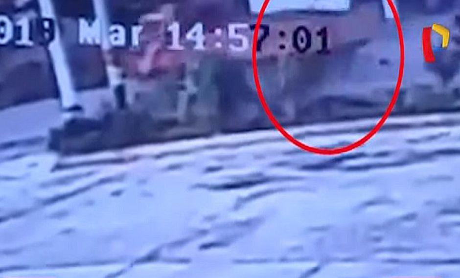 Impactante choque de un camión contra una motocicleta en Huaraz (VIDEO)