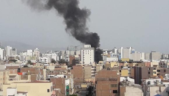 El humo producto del incendio en la calle Sucre se puede ver a varias cuadras a la distancia. (Foto: El Comercio)