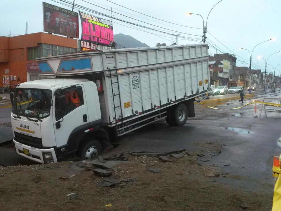 Desde WhatsApp: Aniego se traga camión e inunda calles y viviendas [VIDEO]