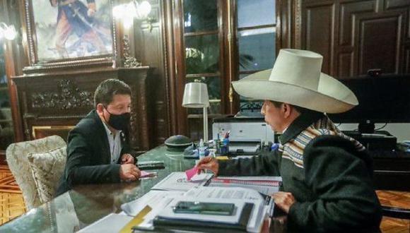 Los ministros Juan Carrasco, Hernando Cevallos, Anahí Durand y Pedro Francke fueron los primeros en llegar a la cita pactada para las 9:00 p.m. (Foto: Twitter)