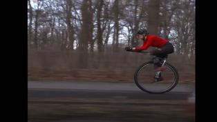 Mujer impone récords mundiales sobre una rueda