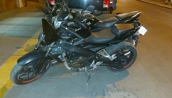La moto fue hallada en la pista auxiliar de la Vía de Evitamiento. (Foto: Policía Nacional)