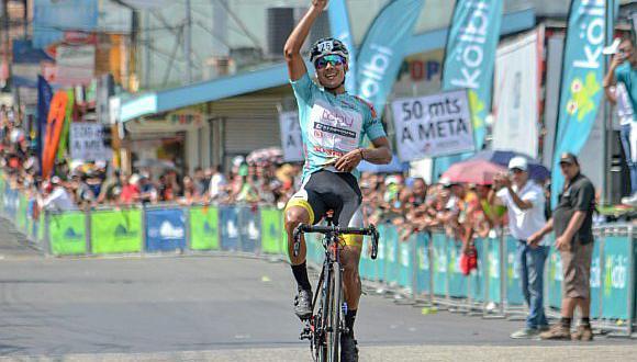 Famoso ciclista cae a metros de la meta por celebrar antes de llegar a la meta