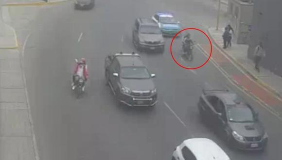 Policías y serenos capturaron a dos sospechosos que se desplazaban en una moto con la placa cubierta con plástico. (Foto: Municipalidad de Surco)