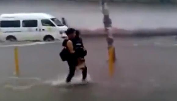 México: Captan a pareja que cae en alcantarillado en medio inundaciones [VIDEO]