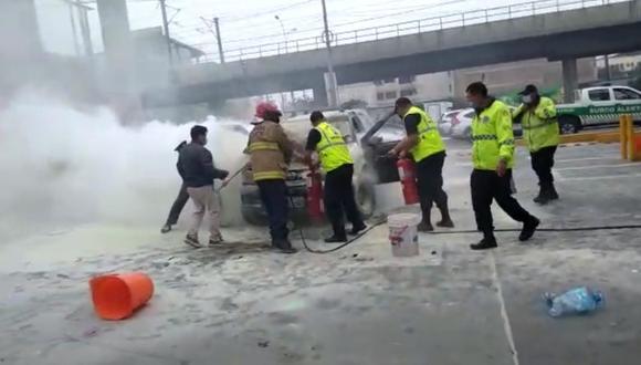 Vehículo se incendió en grifo y ello generó pánico en los conductores y trabajadores del establecimiento. (Foto: Municipalidad de Surco)