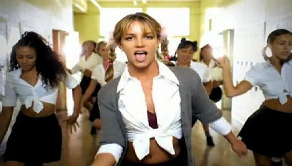 Britney Spears sorprende usando su uniforme de 'Baby one more time' [VIDEO]